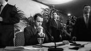 Mario Conde comparece ante la prensa tras la intervención de Banesto en diciembre de 1993.